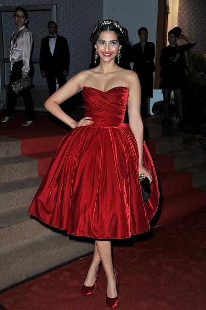 कान फिल्म फेस्टिवल साल (2012 CANNES, FRANCE - MAY 27) में सोनम कपूर (Actress Sonam Kapoor) ने इस ड्रेस में विनर लिस्ट की अनाउंसमेंट की पार्टी अटेंड की थी| यहां देखिये उनका ये मरुन हॉट लुक|