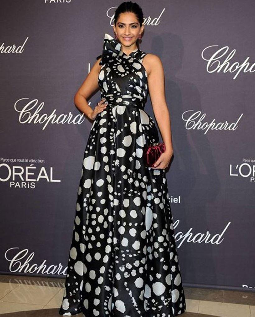 सोनम कपूर (Sonam Kapoor in Black Dress) ने ब्लैक वन शोल्डर पोल्का डॉट वाली ड्रेस पहनी थी|