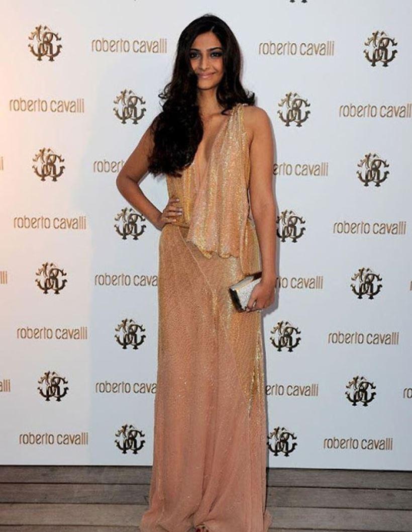 सोनम कपूर ने साल 2011 में (Cannes Film Festival 2011) कुछ इस तरह से खुद को स्टाइल किया था| कैसा लगा आपको ये लुक?