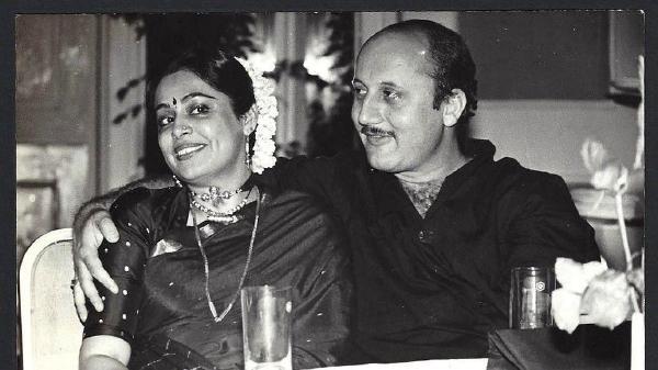 ओम शांति ओम (Om Shanti Om) फिल्म से किरण खेर ने अपनी नाम की स्पेलिंग Kiran से बदलकर Kirron के ली है| एक बहुमुखी अभिनेत्री होने के अलावा, किरन ( Kirron Kher Latest Photos) एक थिएटर पर्सनालिटी, होस्ट और अब एक लोकसभा सदस्य भी हैं।