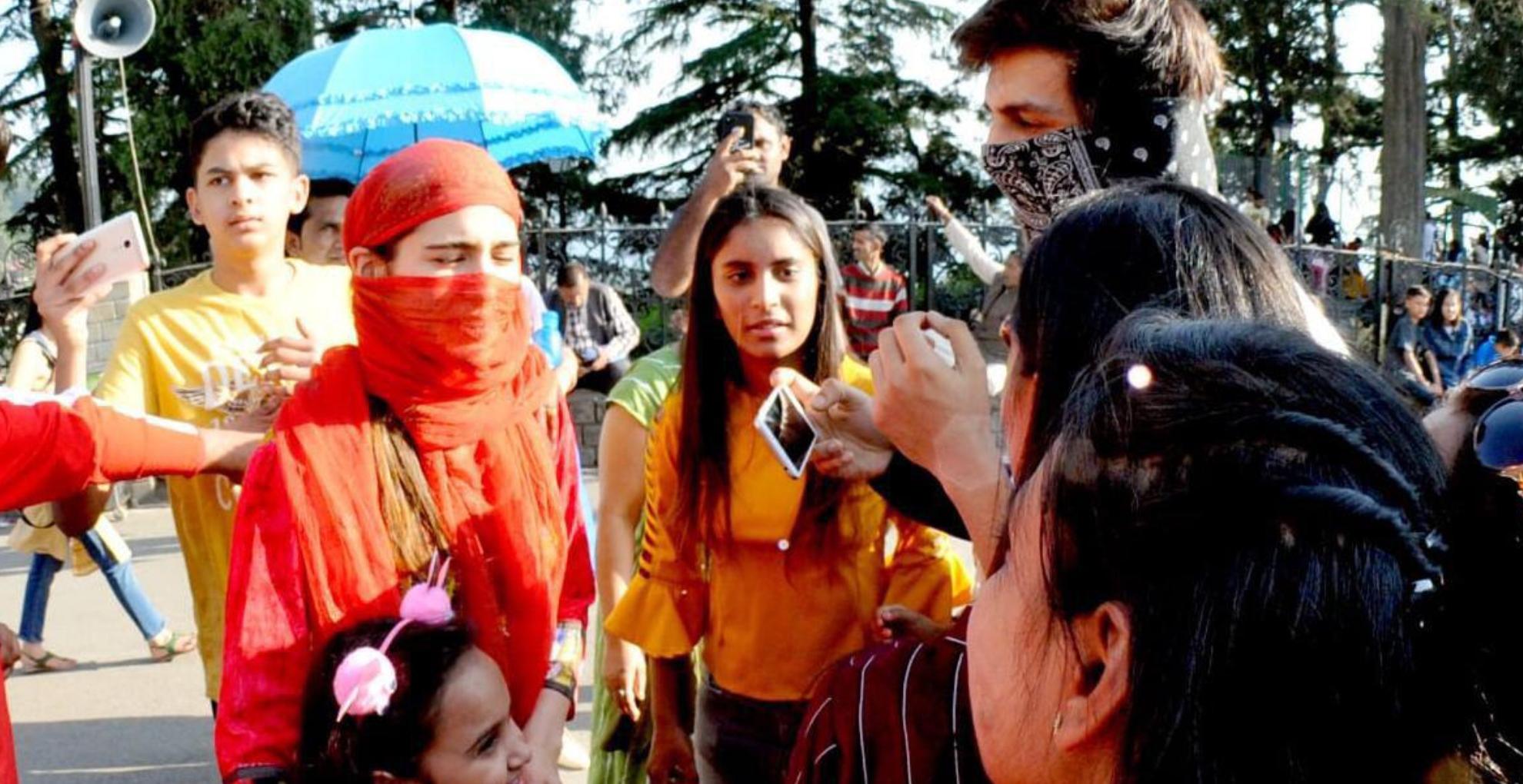 सारा अली खान-कार्तिक आर्यन शिमला में हुए स्पॉट, चेहरा छिपाकर फैंस के बीच यूं आए नजर, देखिए तस्वीरें