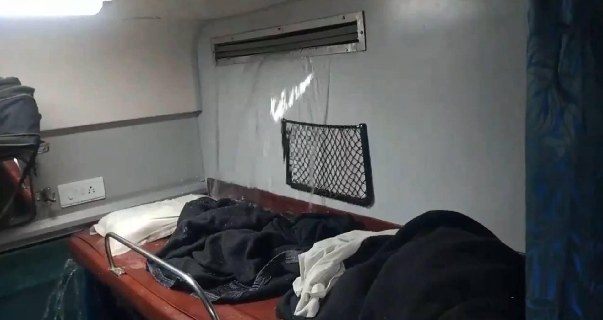 इंडियन रेलवे की फिर खुली पोल, ट्रेन में एसी की ठंडी हवा की जगह बरसने लगा पानी, देखिए ये वायरल वीडियो