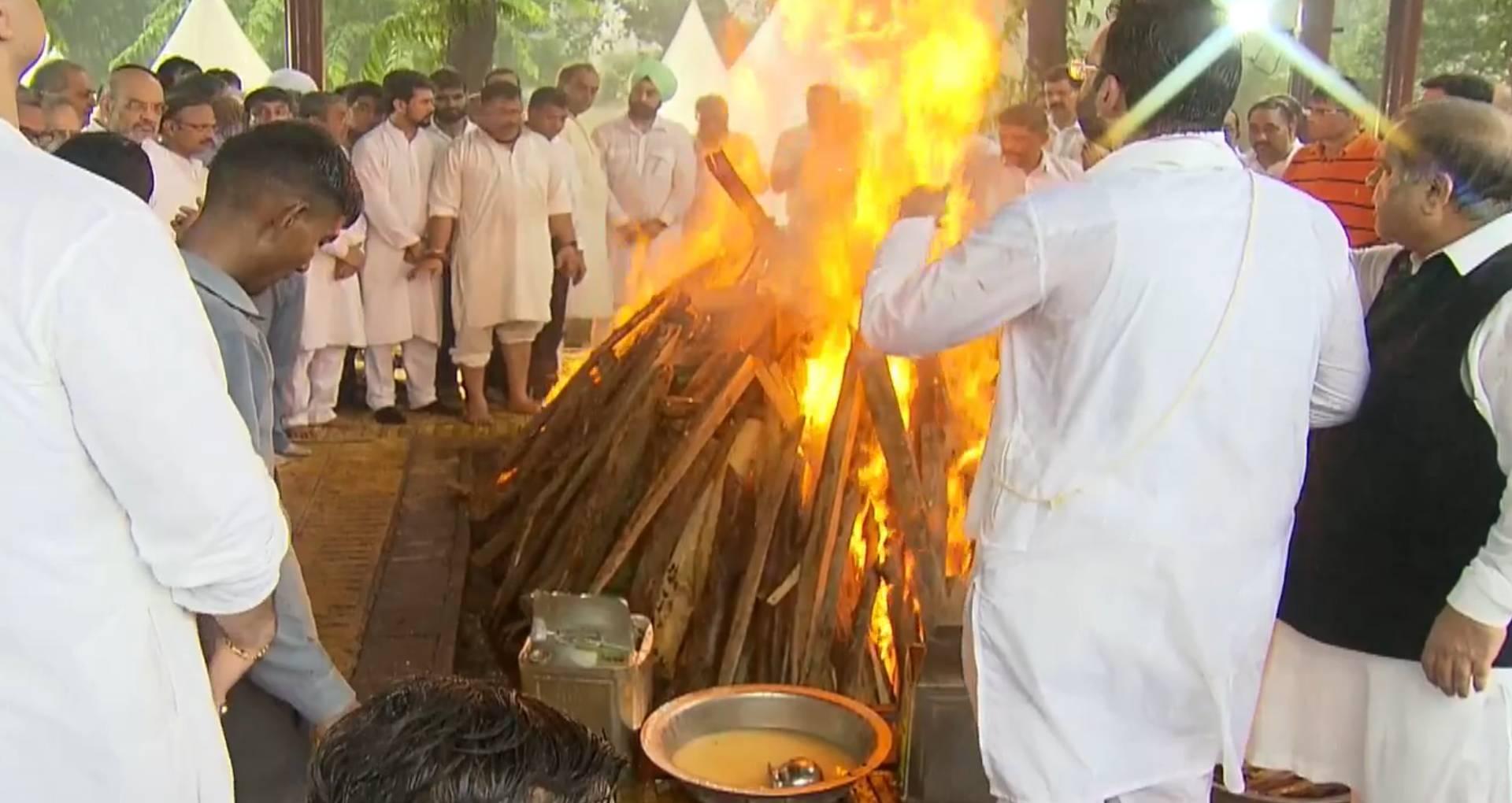 RIP Arun Jaitley: राजकीय सम्मान के साथ हुआ अरुण जेटली का अंतिम संस्कार, बेटे रोहन ने दी मुखाग्नि