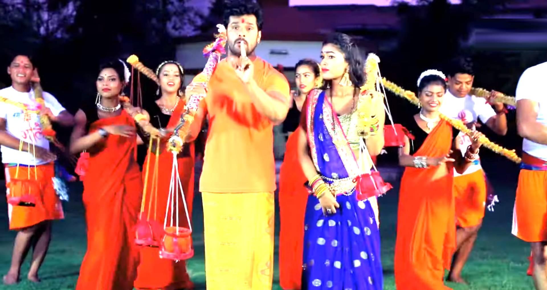 Lakhon Kanwariya Ke Bheed Me Song: खेसारी लाल यादव कावड़ियों की भीड़ में चले देवघर, देखिए ये बोल बम सॉन्ग
