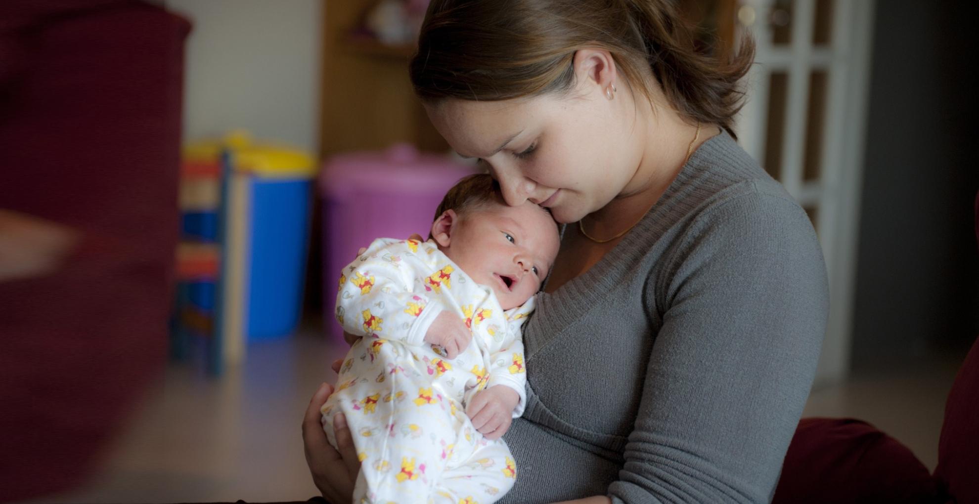 Baby Care Tips: आपकी ये 5 गलतियां आपके बच्चे को कर सकती हैं बीमार, इनसे हमेशा रहें दूर