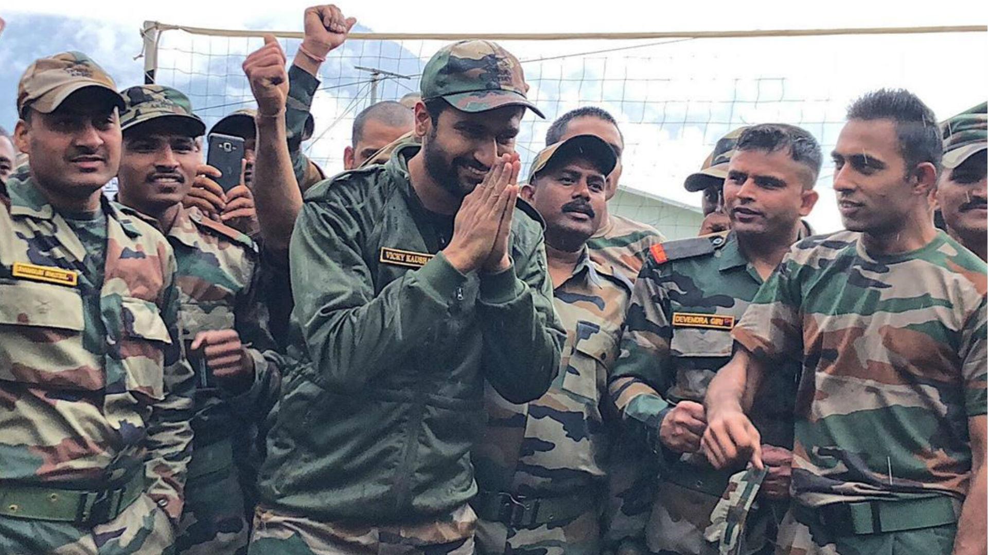 विक्की कौशल ने भारतीय सैनिकों के लिए बनाई रोटियां, सोशल मीडिया पर वायरल हो रही हैं ये तस्वीरें