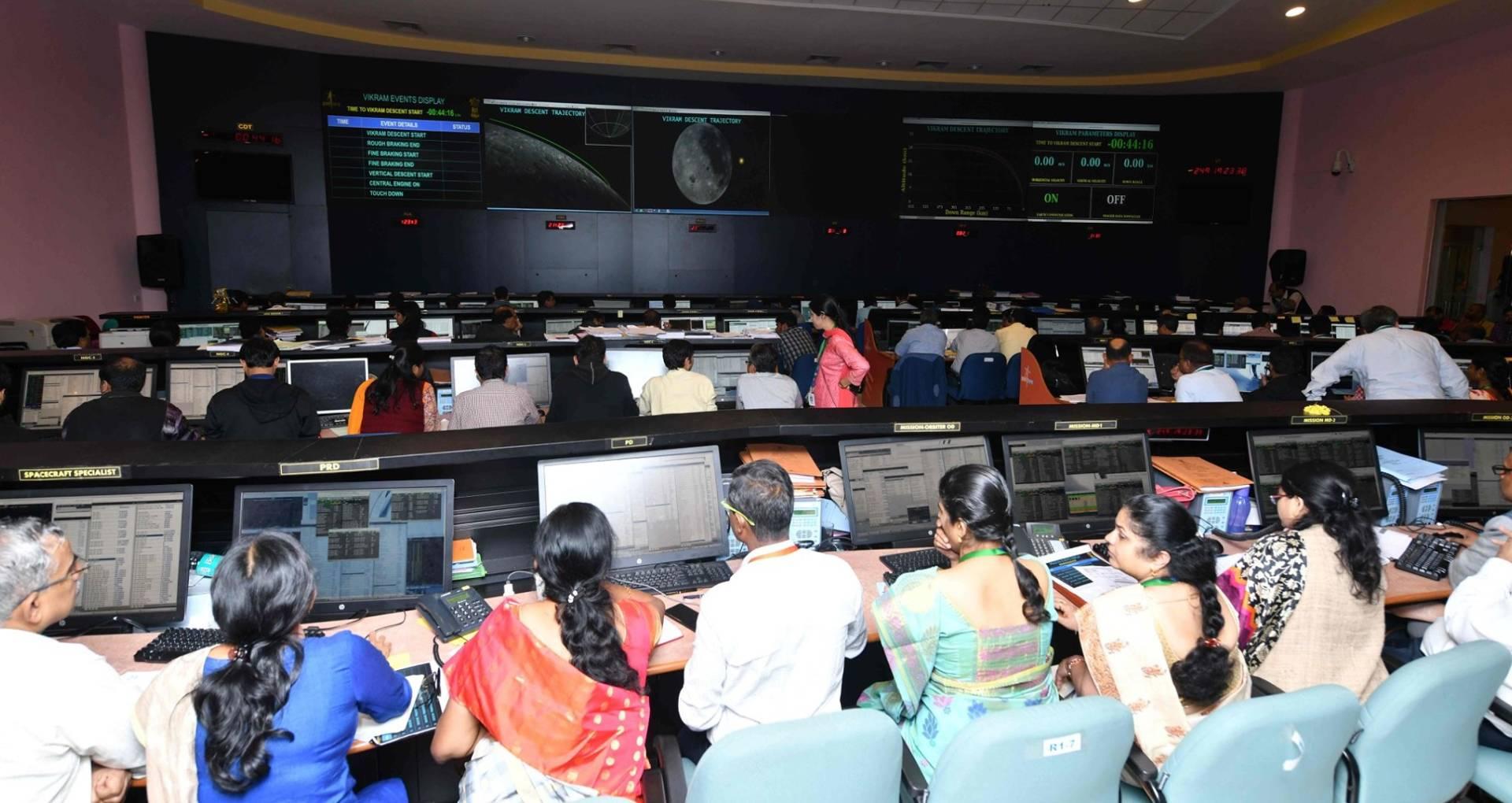 Chandrayan 2: चंद्रमा की सतह पर सही सलामत दिखा विक्रम लैंडर, संपर्क बनाने की कोशिश में जुटे ISRO के वैज्ञानिक