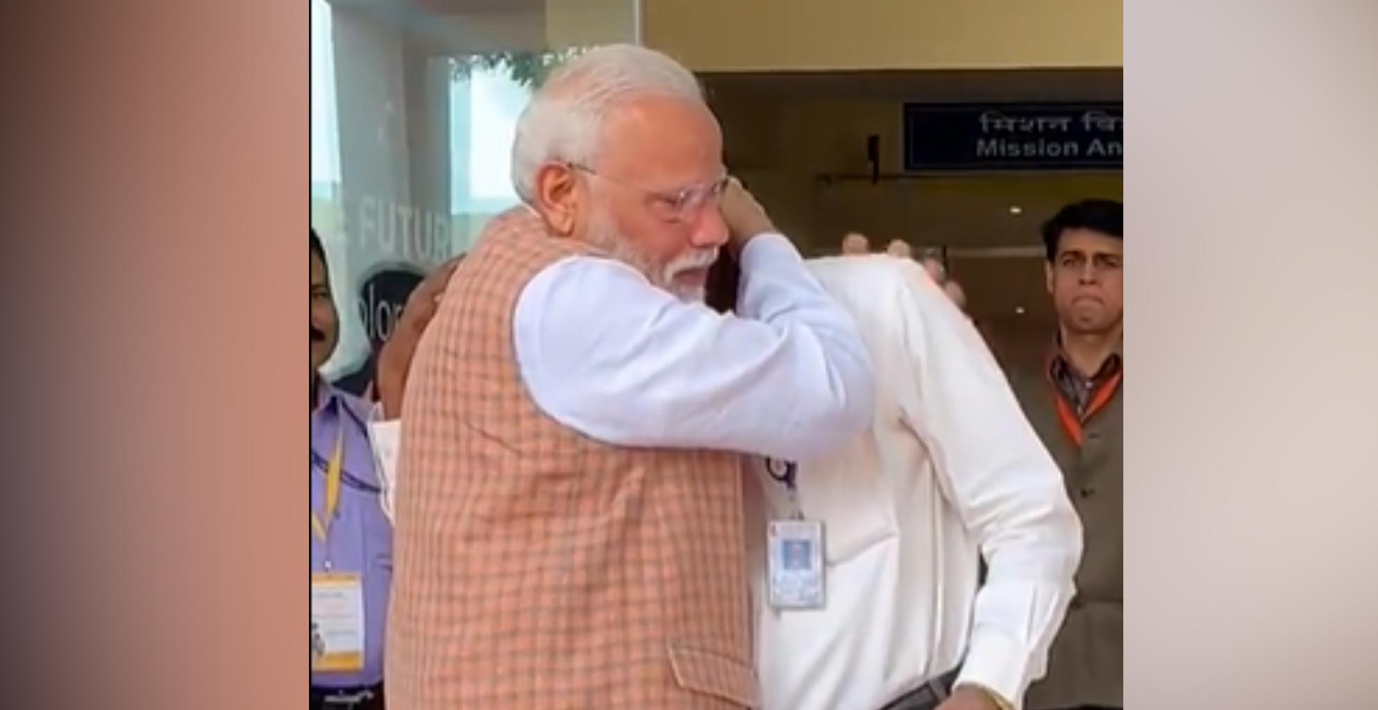 चन्द्रयान 2 को लेकर भावुक हुए इसरो चीफ, तो PM मोदी ने यूं गले लगा थपथपाई पीठ, देखिए ये इमोशनल वीडियो