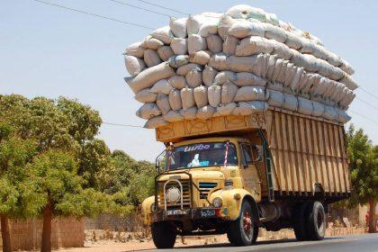 ओवरलोडिंग हालत में पाया गया ट्रक तो कटा गया लाखों का चालान (फोटो-सोशल मीडिया)