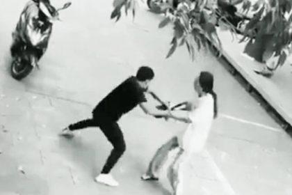 चोर महिला से बैग छीनने की कोशिश कर रहा है (फोटो-वायरल)