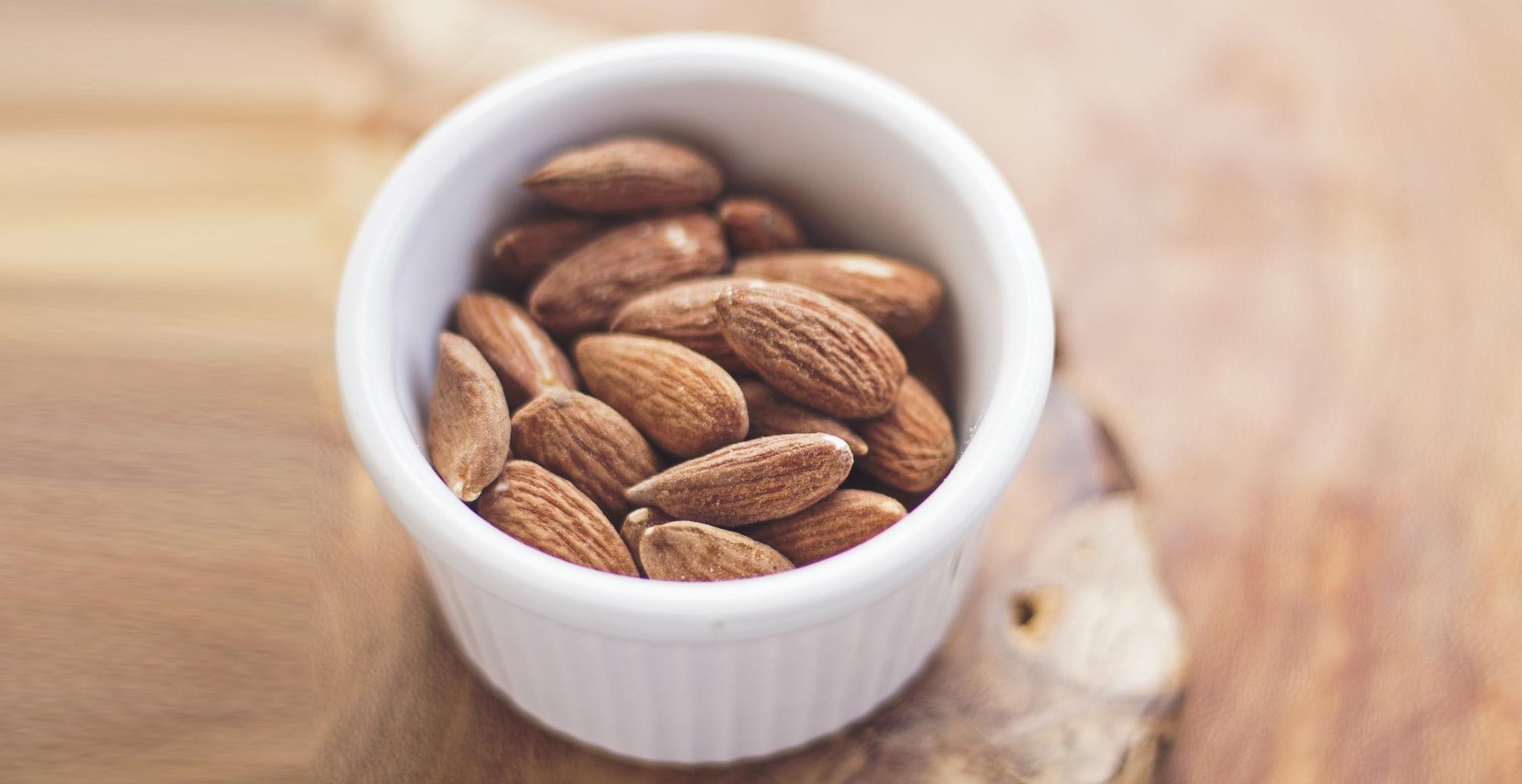 Almond Health Benefits: वजन कम करने के साथ ही कैंसर जैसी गंभीर बीमारियों से बचाता है बादाम, जानिए इसके 7 फायदे