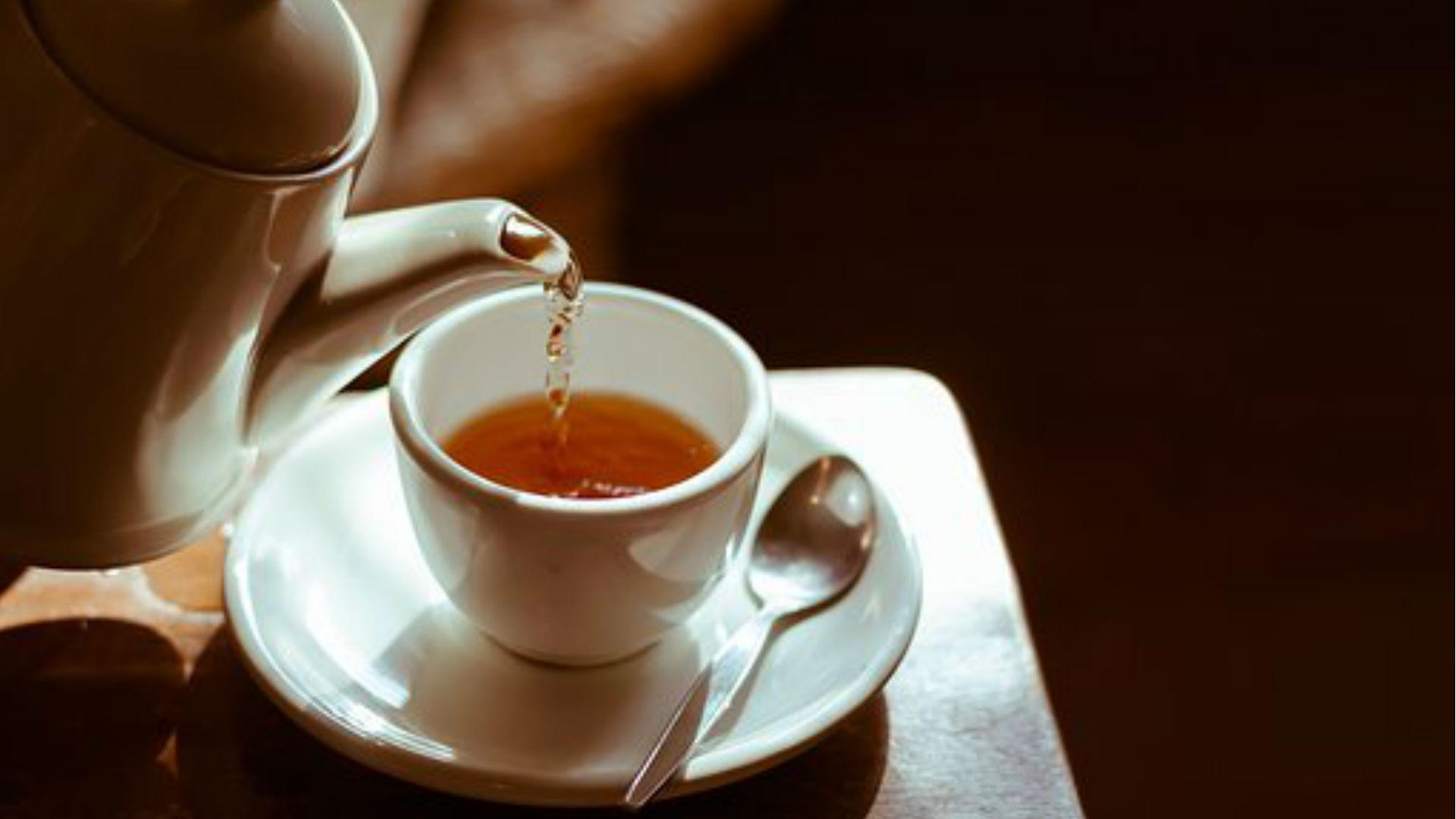 Health Tips: क्या आप पेट की सूजन और गैस की समस्या से हैं परेशान? पलभर में राहत दिलाएंगी ये हर्बल चाय