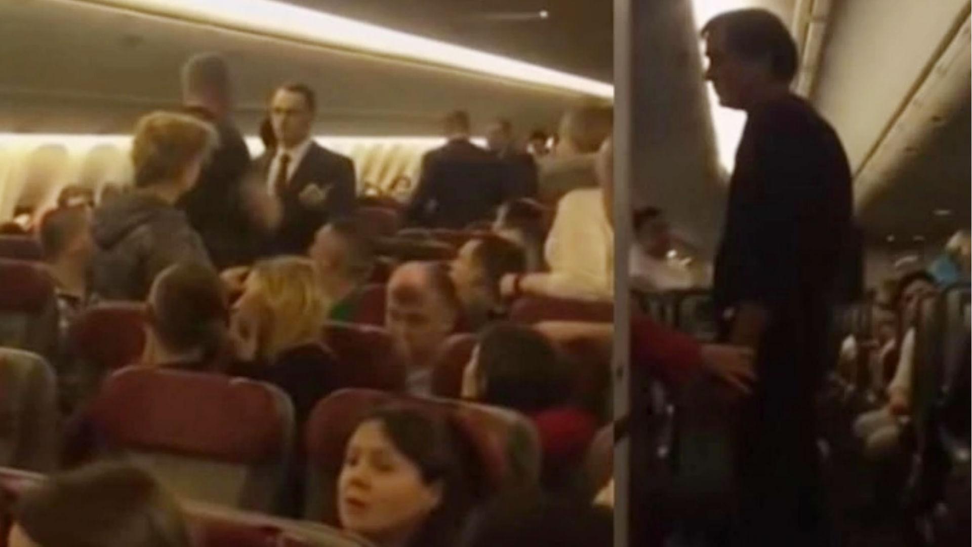 नशे में धुत युवक ने 33 हजार फीट की ऊंचाई पर की प्लेन का दरवाजा खोलने की कोशिश, वायरल हो रहा ये वीडियो
