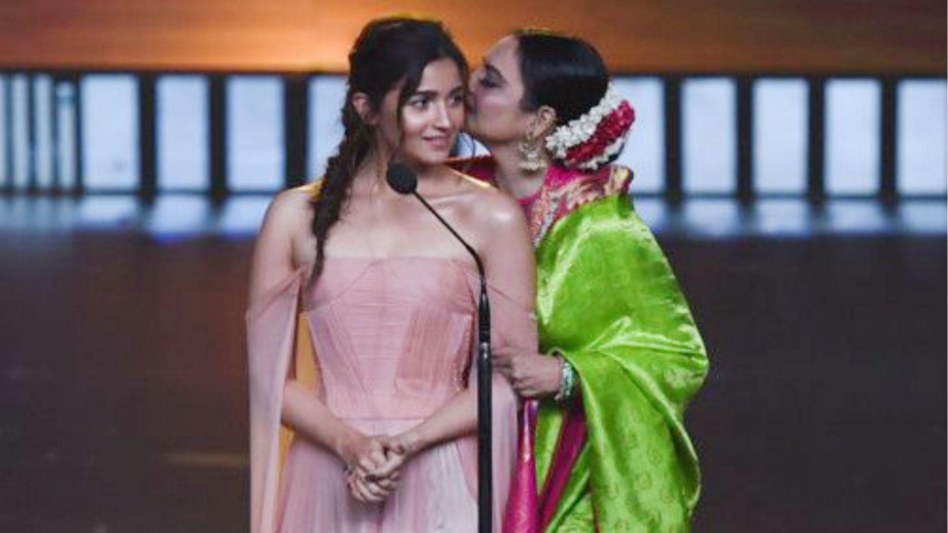 IIFA Awards 2019: रेखा ने अपने स्टाइल में बोला आलिया भट्ट का ये डायलॉग, आईफा अवॉर्ड्स में बज उठीं तालियां