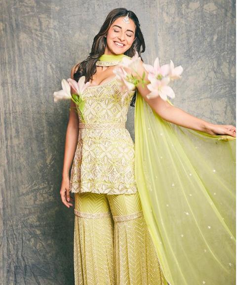 अभिनेत्री अनन्या पांडे हाल ही में मुंबई की एक शादी में पहुंची, जो उनकी दोस्त कृशा पारेख की शादी थी। अनन्या ने इस शादी की कुछ तस्वीरें अपने सोशल अकाउंट पर भी शेयर की।21 वर्षीय अभिनेत्री ने कल रात सभी के साथ अपने इंस्टाग्राम फीड को तस्वीरों से भर दिया, जिसमें वह साथी ब्राइड्समेड्स और अन्य मेहमानों के साथ चिल करती देखी जा सकती हैं।