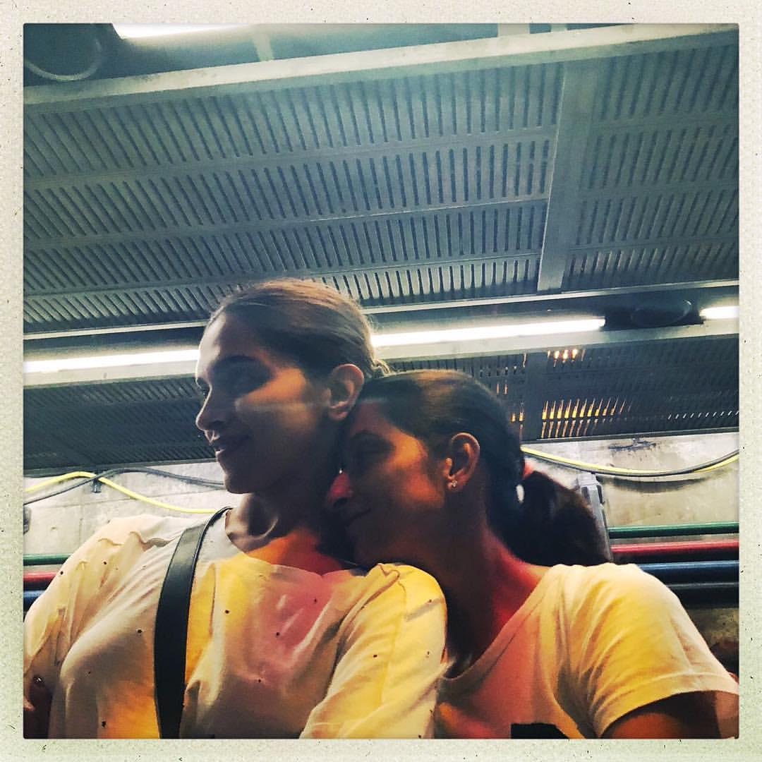 दीपिका पादुकोण अपनी बहन के साथ (फोटो: इंस्टाग्राम)