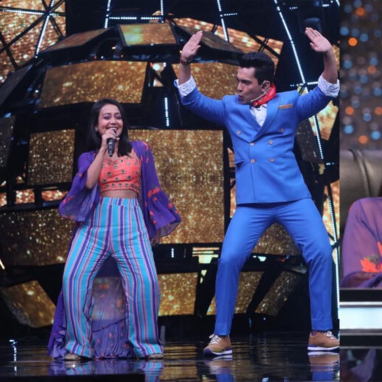 नेहा कक्कड़(Neha Kakkar) ने गायक आदित्य नारायण(Aditya Narayan) के साथ अपनी अचानक शादी की घोषणा सेइंटरनेट पर हलचल मचा दी है। इंडियन आइडल 11 (Indian Idol 11) के पिछले एपिसोड में, जहां नेहा जज हैं और आदित्य होस्ट की भूमिका में हैं, आदित्य के पिता और प्रतिष्ठित गायक उदित नारायण(Udit Narayan) ने एक विशेष अतिथि के रूप में कार्यक्रम की शोभा बढ़ाई। आदित्य की माँ और नेहा के माता-पिता भी एक विशेष कारण से उपस्थित थे और इसका कारण उनकीशादी थी। जीहां, उनके माता-पिता ने स्पष्ट रूप से उनकीशादी के लिए यहाँ उपस्थिति दी थी।आदित्य नारायण के साथ नेहाका रिश्ता पिछले काफी समय से सुर्खियों में बना हुआ है। नेहा कक्कड़ जो अपने माता-पिता के साथ घनिष्ठ संबंध रखने के लिए जानी जाती हैं, ने उनसे पूछा कि क्या चल रहा है, उनकी माँ ने जवाब दिया