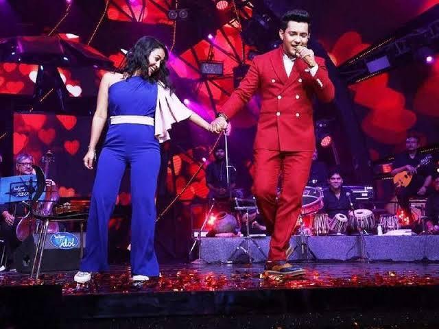 हाथ में हाथ डाले:शो में दोनों गायकों को एक दूसरे का हाथ पकड़ कर परफॉर्म करते भी देखा गया है।