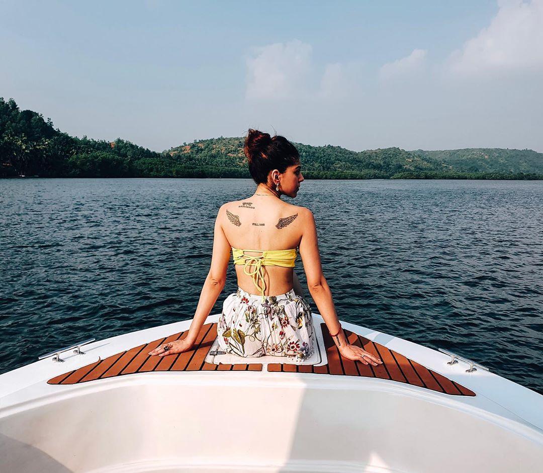 एन्जिल पंख और उनके पीठ पर कोट्स: जवानी जानेमन की अभिनेत्री के कंधे पर परी के पंख भी बने हुएहैं। इसके अलावा, उनके पास माया एंजेलो द्वारा