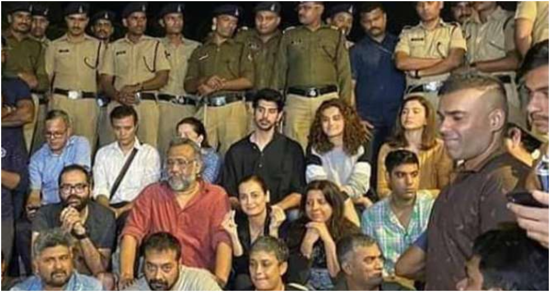 JNU Violence:जोया अख्तर, तापसी, अनुराग कश्यप से लेकर अन्य ने किया JNU हिंसा के खिलाफ प्रोटेस्ट