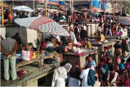 गंगा घाट पर भक्तों की भीड़