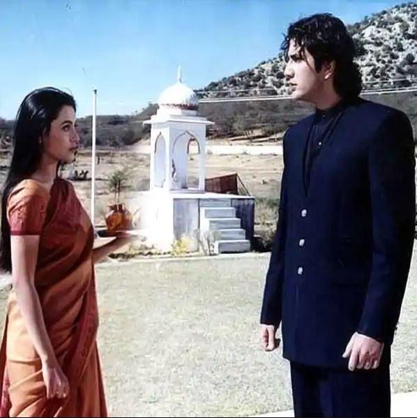 रानी मुखर्जी की फिल्म मंडी को हम कैसे भूल सकते हैं। मेहंदी पूजा (रानी मुखर्जी) की कहानी है जो निरंजन (फ़राज़ खान) से शादी करती है। एक मध्यम वर्गीय परिवार से आने के बाद, वह अपने पति से पूरे दिल से प्यार करती है और अपने माता-पिता की तरह ही ससुराल वालों से गले मिलती है। हालांकि, जब परिवार को दहेज नहीं मिलता है, तो वे पूजा को उस हद तक प्रताड़ित करना शुरू कर देते हैं, जब वे उसे मारने के लिए उसके खिलाफ साजिश रचते हैं। रानी ने 1997 में फिल्म राजा की आएगी बरात में भी घरेलू हिंसा को दर्शाया था।