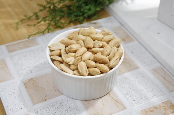 1. मूंगफली मिनरल्स,विटामिन और पोषक तत्वों से भरपूर होती है और इसलिए इससेशरीर को तुरंत ऊर्जा देने के लिए जाना जाता है, जो उन्हें एनर्जी बूस्टर बनाता है। शोध के अनुसार, मूंगफली दिल के लिए अच्छी होती है क्योंकि ये खराब कोलेस्ट्रॉल को कम करते हुए शरीर में अच्छे कोलेस्ट्रॉल को बढ़ाने में मदद करते हैं।