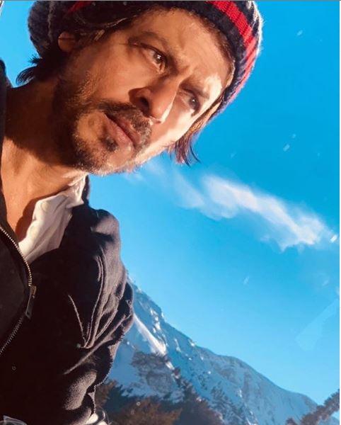 एक रिपोर्टर ने शाहरुख से यह भी पूछा कि आप अलग फिल्में बनाना कब शुरू करेंगे? बेहतर फिल्में? ' शाहरुख खान ने इसके जवाब में कमाल का रिप्लाय करते हुए कहा,