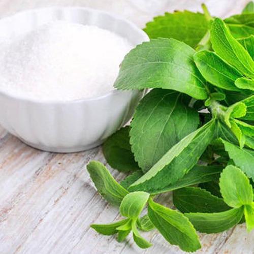 1. स्टीविया: - स्टीविया एक प्राकृतिक स्वीटनर है। इसेदक्षिण अमेरिकी झाड़ी के पत्तों से तैयार किया जाता है जिसे स्टीविया पुनौडियाना कहा जाता है। इसमें शून्य कैलोरी होती है। कई अध्ययनों के अनुसार, स्टेविया ने अभी तक कोई प्रतिकूल स्वास्थ्य प्रभाव नहीं दिखाया है। स्वास्थ्य लाभ के लिए स्टेविया उच्च रक्तचाप को कम करने में मदद कर सकता है।यह रक्त शर्करा और इंसुलिन के स्तर को कम करने में मदद करता है, इस प्रकार मधुमेह से लड़ता है। इसलिए, यदि आप चीनी का उपयोग नहीं करना चाहते हैं और किसी भी पेय या नुस्खा को मीठा करना चाहते हैं, तो आपको स्टेविया अपनाना चाहिए, जो स्वास्थ्यप्रद है।