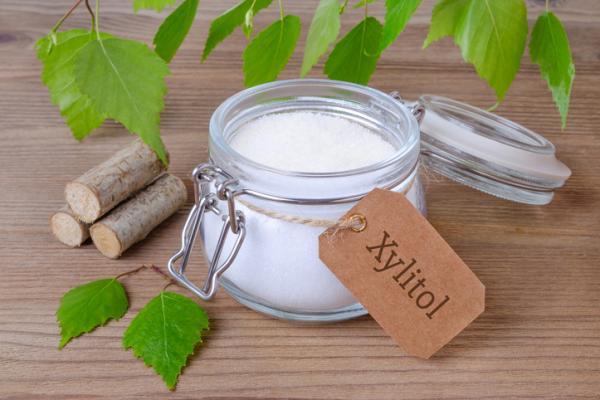 2. जाइलिटोल:- Xylitol एक चीनी शराब है और इसे मकई या सन्टी की लकड़ी से निकाला जाता है। ज़ाइलिटोल का सबसे अच्छा हिस्सा यह है कि इसमें शून्य फ्रुक्टोज है। असंशोधित के लिए, फ्रुक्टोज की उपस्थिति का शरीर पर हानिकारक प्रभाव पड़ता है। स्टीविया की तरह ही, ज़ायलीटॉल में भी कई स्वास्थ्य लाभ हैं, कैविटीज़ के जोखिम को कम करने से लेकर कैल्शियम अवशोषण को बढ़ाने तक, ज़ायलीटॉल को शामिल करने और सामान्य चीनी को बाहर करने में यह मदद करता है।