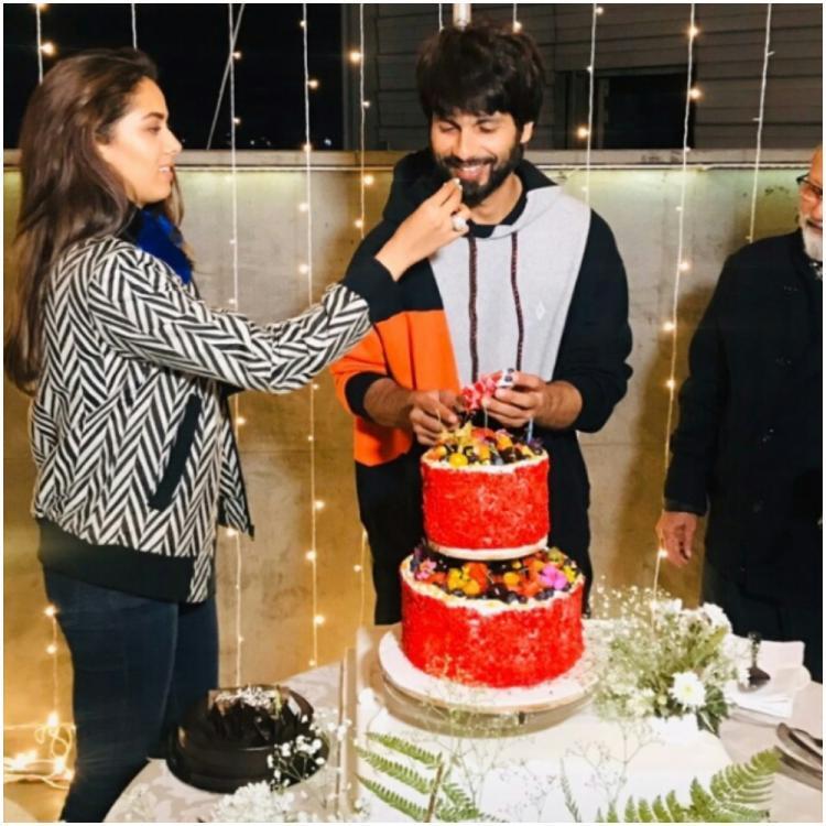 Shahid Kapoor Birthday Special: शाहिद कपूर ने जन्मदिन पर वाइफ मीरा राजपूत और पापा पंकज कपूर के साथ काटा केक