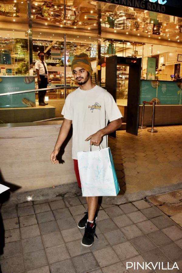 अनन्या पांडे(Ananya Panday) अपने आने वाले प्रोजेक्ट्स को लेकर खबरों में छाई हुई हैं और इसके अलावा वो कई बार शहर में स्पॉट होती हैं और उनकी तस्वीरें वायरल हो जाती हैं। इवेंट स्पॉटिंग से लेकर अपने जिम सेशन तक, अक्सर एक्ट्रेस को स्पॉट किया जाता है और इन दिनों वह अक्सर अपनी फिल्म 'खाली पिली' के को-स्टारईशान खट्टर(Ishaan Khattar) के साथ भी दिखाई देती हैं।