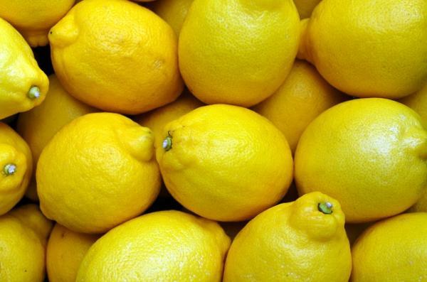 विटामिन सी का अच्छा स्रोत: हमारे शरीर द्वारा विटामिन सी का उत्पादन नहीं किया जा सकता है, और इसलिए हमें ऐसे खाद्य पदार्थ खाने की ज़रूरत है जो विटामिन सी से भरपूर हों। पीले फल और सब्जियाँ जैसे शिमलामिर्च, नींबू और आम विटामिन सी से भरपूर होते हैं, जो प्रतिरोधक क्षमता को बढ़ाते हैं, और हमारी त्वचा को चमकदार बनाते हैं। । विटामिन सी संयुक्त स्वास्थ्य, कोलेस्ट्रॉल और रक्तचाप में भी सुधार करता है।