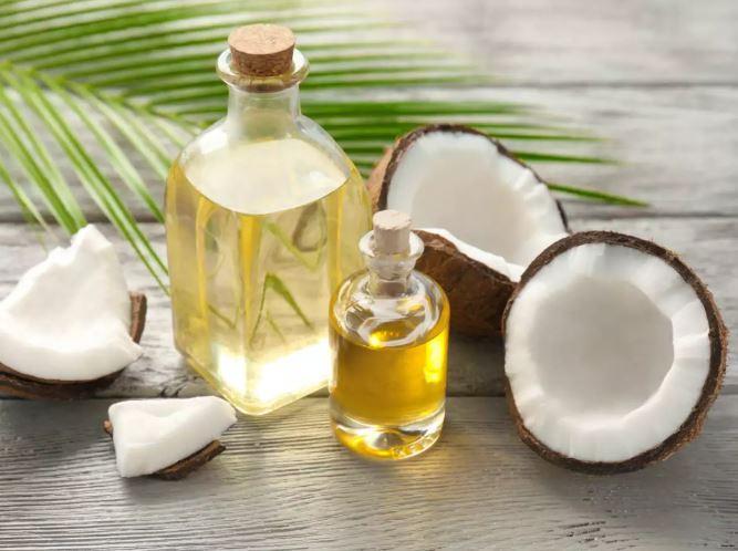 4. मोनोसैचुरेटेड फैट: ऑलिव ऑयल में मोनोसैचुरेटेड और पॉलीअनसेचुरेटेड फैट होते हैं, जिन्हें दिल के अनुकूल वसा के रूप में पहचाना जाता है। जैतून के तेल में मौजूद मोनोअनसैचुरेटेड वसा भी आपके एलडीएल कोलेस्ट्रॉल के स्तर को कम करने में मदद कर सकता है। धूम्रपान बिंदु: जैतून के तेल का धूम्रपान करने का स्थान 280 डिग्री फ़ारेनहाइट है और इसे उच्च तापमान पर गर्म नहीं किया जाना चाहिए। एंटीऑक्सिडेंट: जैतून का तेल एंटीऑक्सिडेंट का एक समृद्ध स्रोत है। यह जैव-अनुपलब्ध फेनोलिक यौगिकों से भरा हुआ है, जो डीएनए में ऑक्सीडेटिव क्षति को कम करता है, उच्च रक्तचाप और कोलेस्ट्रॉल को कम करता है।
