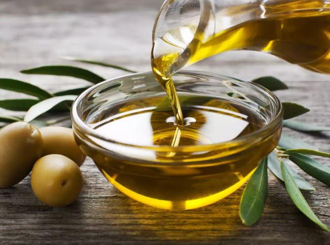 5. अध्ययन बताते हैं कि नारियल तेल की तुलना में जैतून का तेल स्वास्थ्यवर्धक होता है। इसके कई कारण हैं। सबसे पहले, यह भूमध्य आहार का एक हिस्सा है, जिसे दुनिया भर में स्वास्थ्यप्रद आहार के रूप में जाना जाता है। भूमध्य आहार को हृदय रोग, कैंसर के प्रकार, मधुमेह, और यहां तक कि वजन घटाने में मदद करने के जोखिम को कम करने के लिए माना जाता है। दूसरे, जैतून के तेल में कुंवारी नारियल तेल की तुलना में अधिक अच्छे वसा - मोनोअनसैचुरेटेड और पॉलीअनसेचुरेटेड वसा होते हैं। नारियल के तेल में संतृप्त वसा होता है, जिसे खराब वसा के रूप में जाना जाता है और इसे मध्यम मात्रा में सेवन करने की सलाह दी जाती है। आप वास्तव में दोनों तरह के भोजन के आधार पर उपयोग कर सकते हैं जो आप तैयार कर रहे हैं। आप सलाद के लिए जैतून के तेल का उपयोग कर सकते हैं और अपने भोजन को पकाने के लिए, जबकि नारियल के तेल का उपयोग उच्च तापमान पर पकाने के लिए किया जा सकता है।