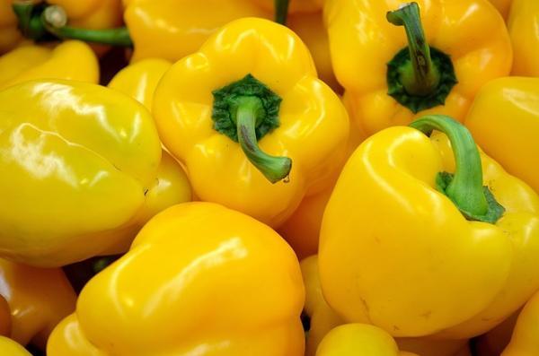 एंटीऑक्सिडेंट और विभिन्न अन्य पोषक तत्वों से भरपूर होने के अलावा, पीला भोजन रेटिनॉल का एक समृद्ध स्रोत है- एक प्रकार का विटामिन ए 1 जो मुँहासे और झुर्रियों पर काम करता है ताकि नुकसान को उलट दिया जा सके।
