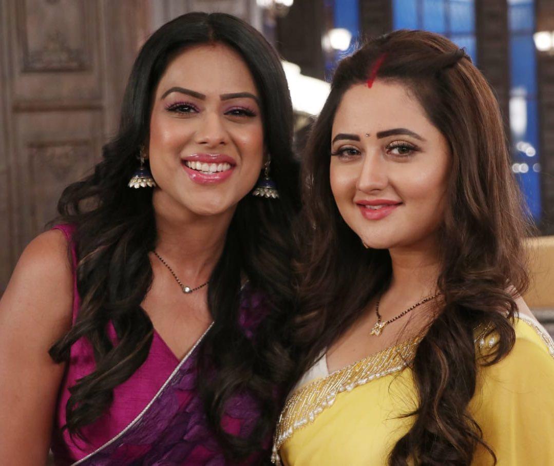 नागिन 4 के आने वाले एपिसोड में बढ़ने वाली हैं शलाका (Rashami Desai) के लिए मुश्किलें, जब बृंदा (Nia Sharma) ने दी देव से दूर रहने की धमकी देते हुए शलाका का गला पकड़ लिया! नागिन 4 में निया शर्मा, विजय कुमेरिया और अनीता हसनंदानी ने रश्मि देसाई उर्फ शलाका की एंट्री के साथ एक महत्वपूर्ण मोड़ लिया है। इस ड्रामा से बहरे शो ने हाल ही में एक साल का लीप लिया है , जिसके बाद से मुख्य किरदारों का जीवन पूरी तरह से बदल गया है।अब, आने वाले एपिसोड में, दर्शकों को अपने प्रिय #BrinDev के बीच कुछ सिजलिंग रोमांस देखने को मिलेगा। हालाँकि सभी ने देव को बृंदा के खिलाफ बहुत कुछ कहा है फिर भी देव को बृंदा के लिए कुछ भावनाएँ हैं, और यह बात शलाका के लिए भी स्पष्ट हो जाएगी। ऐसा होगा कि जब बृंदा रसोई में चाय बना रही होती है, देव आता है और अनजाने में गर्म बर्तन को छूता है, उसके हाथ जलते हैं। बृंदा देव को चोट लगी देख चिंतित हो जाएगी, और उसके दर्द पर प्यार से दवा लगाती है।बाद में, वह देव के बेडरूम में प्रवेश करेगी और अपने बिस्तर पर सो जाएगी, यह दावा करते हुए कि वह उसकी पत्नी है और उस पर उसका अधिकार है। अपनी बात को साबित करने के लिए, देव खुद अपनी शर्ट उतारेगा है। वह बृंदा के करीब जाएगा, उसी वक़्त, शलाका कमरे में प्रवेश करती है और बृंदा और देव को इस स्थिति में देखकर चौंक जाती है। फिर, देवियों के ऊपर दो देवियों का युद्ध हुआ। बृंदा बेहद क्रोधित हो जाती है और शलाका को देव से दूर रहने की चेतावनी देती है क्योंकि वह उसकी असली पत्नी है। शलाका जब वापस आती है, तो बृंदा उसकी गर्दन पकड़ लेती है और उसे नुकसान पहुंचाने की कोशिश करती है।