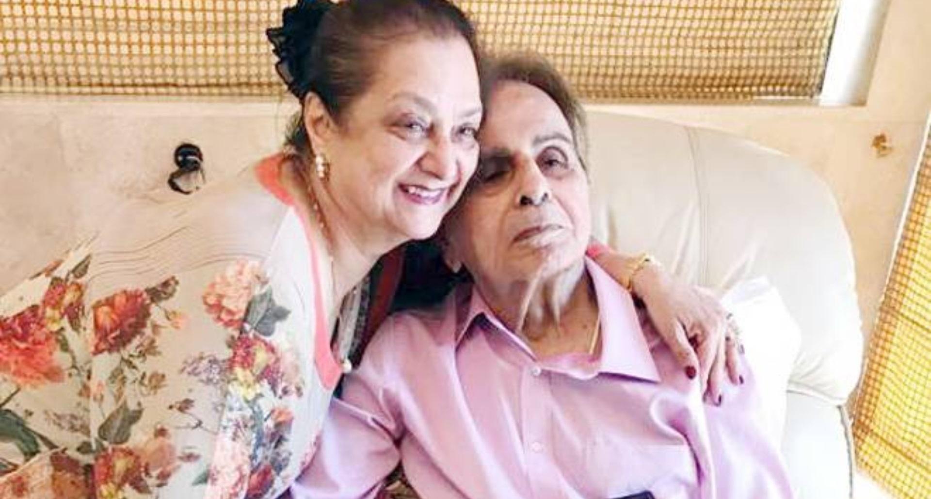 """Coronavirus के चलते हर कोई अपना एक्स्ट्रा ध्यान रख रहा है। ऐसे में 97 वर्षीय दिग्गज अभिनेता दिलीप कुमार (Dilip Kumar) का भी ज्यादा ख़याल रखा जा रहा है और ऐस में उनकी पत्नी और अभिनेत्री सायरा बानो (Saira Bano) भी उन पर पूरा ध्यान दे रही हैं। कोरोनावायरस के चलते देशभर में कई मॉल्स, सिनेमाघर, स्कूल्स वगैरह बंद हो चुके हैं। औसत संख्या देखें तो ये वायरस उन लोगों को लग रहा है जिनकी इम्युनिटी बहुत कम है और ऐसे में जो उम्रदराज़ी लोग हैं उन्हें इससे बचना बेहद जरूरी है। सभी जानते हैं कि दिलीप कुमार अपनी उम्र के चलते काफी बीमार रहने लगे हैं लेकिन, उनकी पत्नी सायरा बानो उनका पूरा ध्यान रखती हैं। क्कुह दिनों पहले उन्होंने दिलीप कुमार के ट्विटर अकाउंट पर एक वीडियो शेयर करते हुए बताया था कि वो दिलीप साहब को लेकर अस्पताल गई थीं और अब वो बिलकुल ठीक हैं। सायरा हर थोड़े दिनों में दिलीप साहब के स्वास्थ्य के बारे में ट्विटर पर पोस्ट करती रहती हैं। अब उन्होंने कोरोनावायरस से बचने के लिए भी दिलीप का खासा ध्यान रखना शुरू किया है जिसकी जानकारी उन्होंने खुद अपने सोशल अकाउंट पर पोस्ट के ज़रिये दी है। उन्होंने लिखा है – """"कोरोना वायरस की वजह से मैं पूरी तरह से आइसोलेशन और क्वारेनटाइन में हूं। सायरा इसका पूरा ध्यान रख रही हैं कि मुझे किसी भी तरह का कोई इंफेक्शन न हो।"""" बता दें कि दिलीप कुमार की तबीयत लंबे समय से नासाज चल रही है। हालाँकि, शुक्र है सायरा का जो लगातार अपने और दिलीप के फैंस को अपडेट देती रहती हैं।"""
