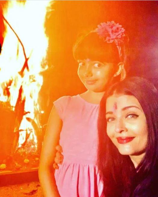 ऐश्वर्या राय बच्चन ने बेटी आराध्या के साथ अपनी एक सेल्फी को सोशल मीडिया पात्र शेयर किया है। दोनों होलिका दहन के पास हैं और बिलकुल एक जैसी स्माइल दे रहे हैं। ऐश्वर्या अपने सोशल अकाउंट पर आराध्या के साथ कई तस्वीरें शेयर करती हैं, जो मिनटों में वायरल भी हो जाती हैं।
