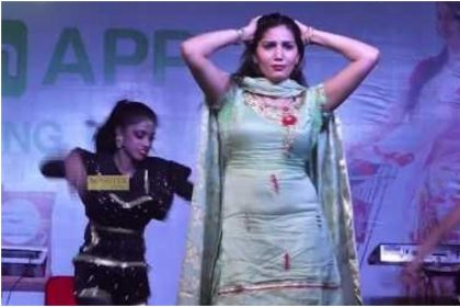 Sapna Choudhary: सपना चौधरी ने 'बोल तेरे मीठे मीठे' गाने पर दिल्ली में लगाया जमकर ठुमका, देखे वायरल वीडियो