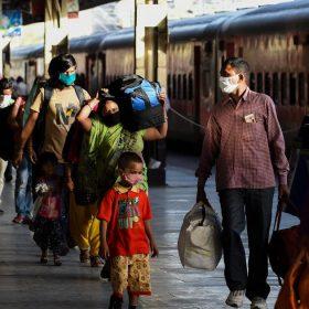 प्रवाशी मजदूरों से नहीं लिया जाएगा बस या ट्रैन का किराया, रेलवे करे पानी और खाने की व्यवस्था: सुप्रीम कोर्ट