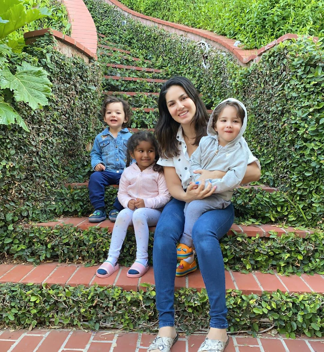 सनी लियोनी अपने तीनों बच्चों को लेकर पहोची अमेरिका, बोलीं यहां मेरे बच्चे सेफ हैं