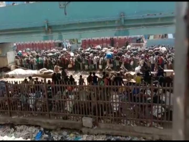 मुंबई के बांद्रा टर्मिनस में एक बार फिर हजारों मजदूरों की भीड़ हुई जमा, अफवाह सुनकर जमा हुए थे लोग