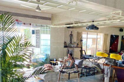 Hrithik Roshan Home: मुंबई में समुद्र किनारे है ऋतिक रोशन का आलीशान घर, तस्वीरें देख उड़ जायेंगे आपके होश!