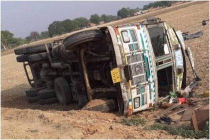 झारखंड जा रहा 67 मजदूरों से भरा ट्रक अनियंत्रित होकर हाइवे पर पलटा, मजदूर केशव ने बताई पूरी घटना का सच