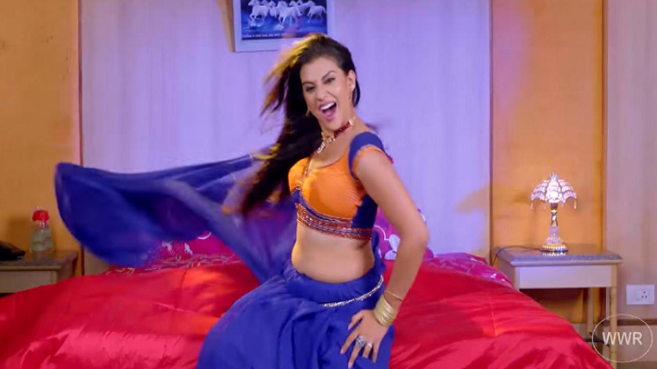 Bhojpuri Hit Songs: अक्षरा सिंह भोजपुरी गाना 'खोला ए राजा जी ब्लाउज' पर हॉट डांस मूव्स करते आयीं नजर