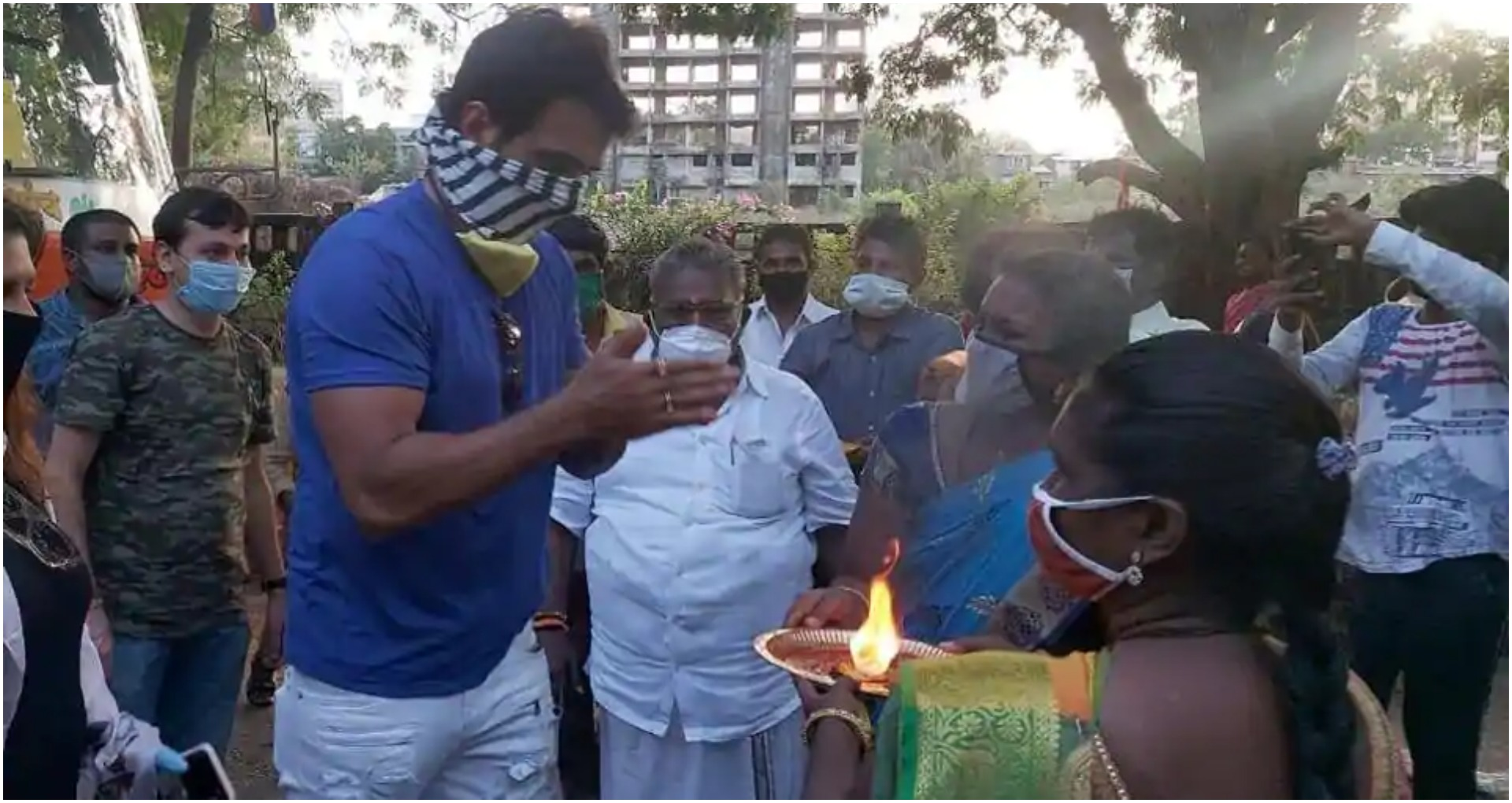 सोनू सूद ने 200 इडली वेंडर को पहुंचाया घर, उन्होंने आरती उतारकर किया शुक्रिया अदा, देखें वीडियो
