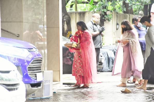 गणेश चतुर्थी (Ganesh Chaturthi) उन त्यौहारों में से एक है जो हमारे मनोरंजन उद्योग में बहुत उत्साह के साथ मनाया जाता है। कई हस्तियां हर साल भगवान गणेश का स्वागत करते हुए देखी जाती हैं। जबकि COVID 19 महामारी ने हमें एक अलग ही जीवन और अनुभव दिया है, इससे गणेश चतुर्थी के लिए लोगों का उत्साह प्रभावित नहीं हुआ है और हर कोई अपने तरीके से पवित्र त्योहार मना रहा है।