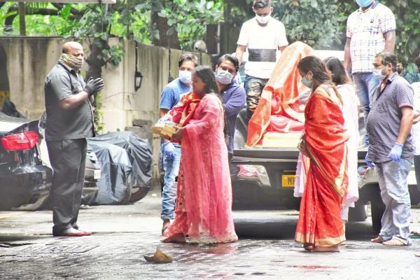 इसके बीच, सलमान खान की बहन अर्पिता खान शर्मा भी पवित्र त्योहार के लिए भगवान गणेश की मूर्ति घर ले आईं। पिक्स में अर्पिता को गुलाबी रंग के लंबे कुर्ते में एक मैचिंग पलाज़ो और दुपट्टे के साथ देखा गया था। उन्होंने सोहेल खान के घर में भगवान गणेश की मूर्ति को रखा।