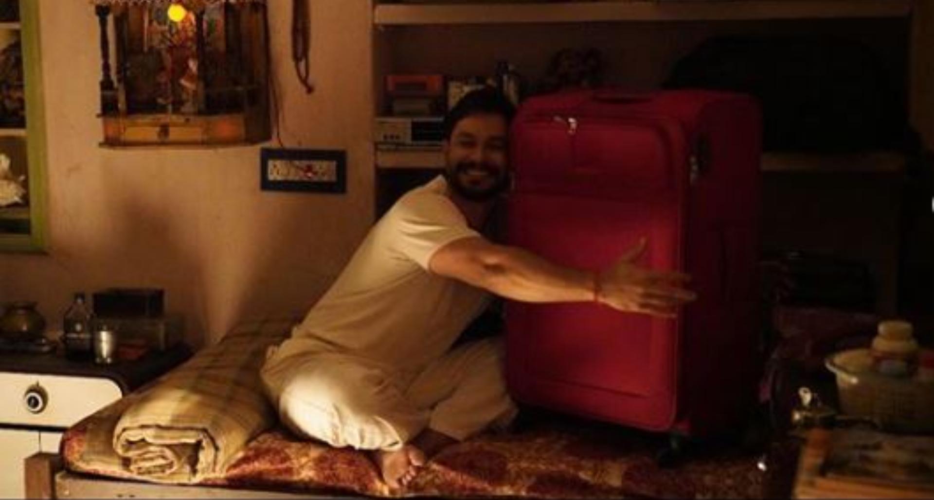 लुटकेस' को मिल रही शानदार समीक्षा के बीच, कुणाल केमू ने 'पति, पत्नी और….' के साथ देखी फ़िल्म, पहचानों कौन?